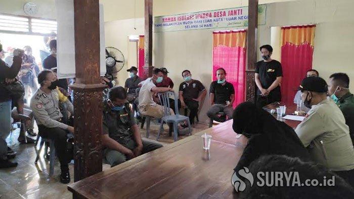 Pejabat Desa Ponorogo Terciduk Tanpa Baju saat 'Mantap-mantap' di Kamar Istri Orang, Dihukum Semen