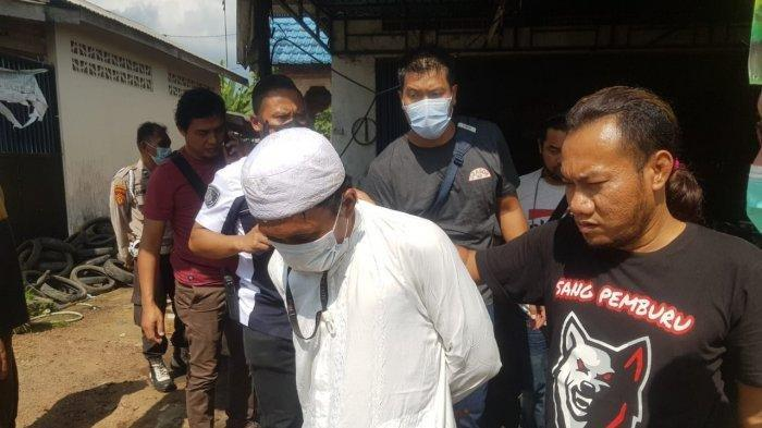 Pelaku mutilasi di Banjarmasin saat diamankan petugas gabungan di Kecamatan Bati-Bati, Kabupaten Tanah Laut, Kalsel. (Macan Kalsel)