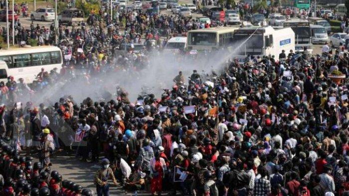 Polisi Myanmar berusaha membubarkan demonstran penentang kudeta
