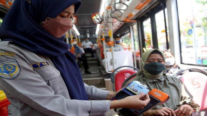 Sudah Bisa Pakai e-Money, Tarif Suroboyo Bus Tetap Rp 5.000 dan Rp 2.500;  Ada Asuransi Juga - naik-bus-suroboyo-pakai-e-money1.jpg