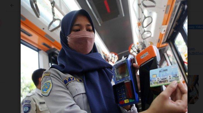 Sudah Bisa Pakai e-Money, Tarif Suroboyo Bus Tetap Rp 5.000 dan Rp 2.500;  Ada Asuransi Juga - naik-bus-suroboyo-pakai-e-money2.jpg
