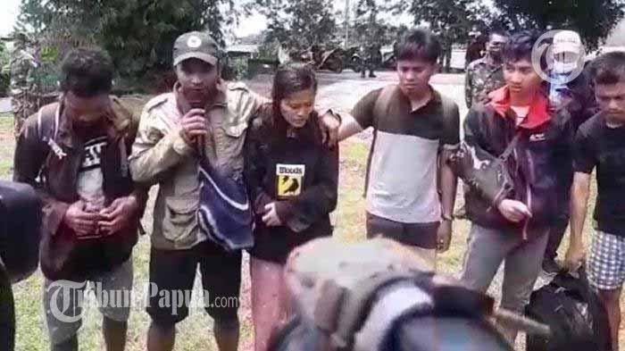 Para tenaga kesehatan (nakes) yang berhasil di evakuasi dari Distrik Kiwirok, Kabupaten Pegunungan Bintang ke Jayapura, Jumat (17/9/2021).