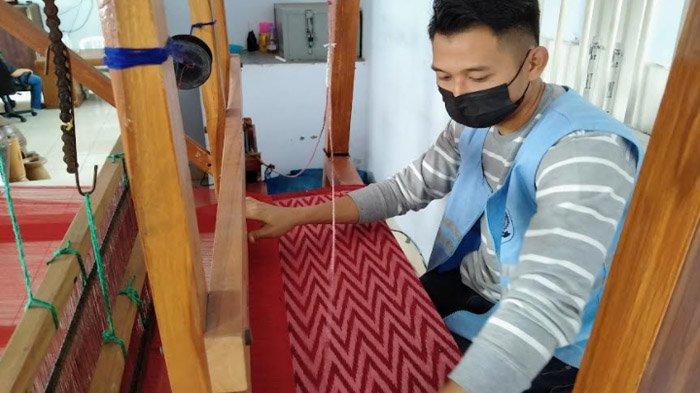 Setelah Ikuti Pelatihan Menenun, Banyak Penghuni Lapas Kediri Hasilkan Tenun Ikat Berkualitas