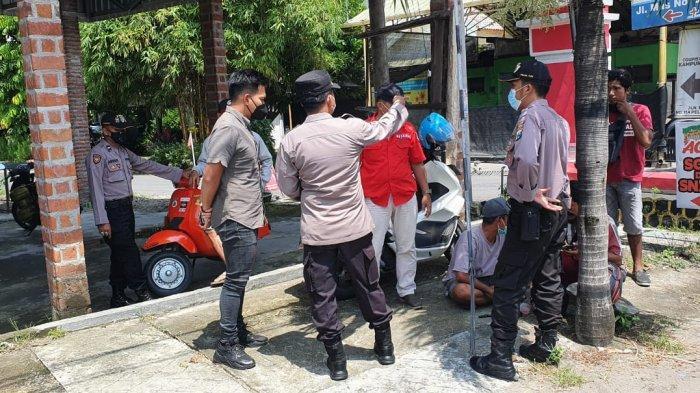 Petugas kepolisian saat mendatangi lokasi kejadian perampokan nasabah bank Rp 500 juta.