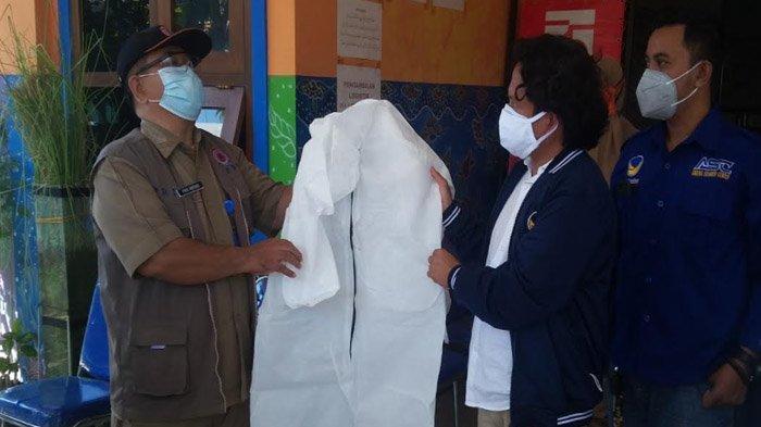 Kasus Kematian Akibat Covid-19 Tinggi, NasDem Situbondo Bantu 100 APD untuk Nakes