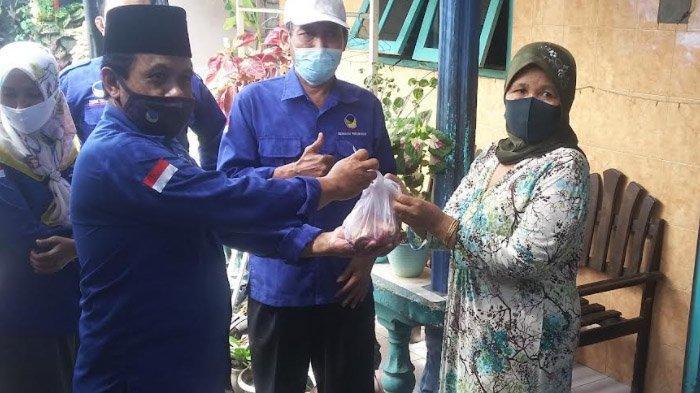 PPKM Masih Bebani Warga, Polres dan NasDem Situbondo Bergantian Bagikan Daging Kurban