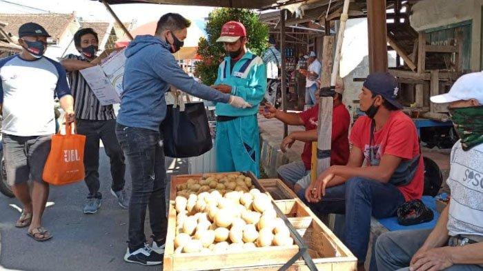 Relawan Jokowi Bagikan 10.000 Masker dan Nasi untuk Warga di Kabupaten Banyuwangi