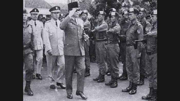 Pasukan Cakrabirawa di hadapan Presiden Soekarno