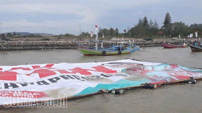 Nelayan Melarung Spanduk Raksasa Bergambar Cak Imin ke Laut. Ada Apa?