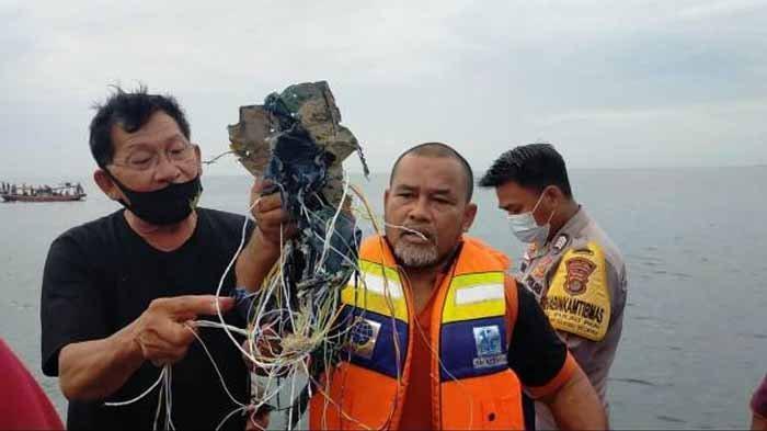 Nelayan di kawasan di perairan Kepulauan Seribu Selatan menunjukkan serpihan diduga pesawat Sriwijaya Air SJ182 jatuh di Pulau Laki, pada Sabtu (9/1/2021).