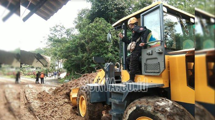 Tebing di Jalur Selatan Longsor Usai Hujan Deras, Tutup Akses Kabupaten Lumajang-Malang