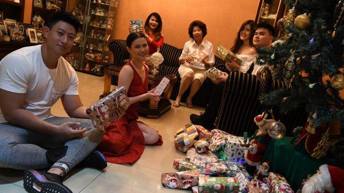 Rayakan Natal di Rumah Saat Pandemi, Fabienne Nicole Groeneveld Tukar Kado dan Makan Pastel Tutup