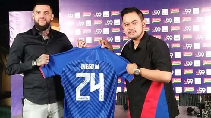 Diego Michiels memperlihatkan jersey Arema FC nomor punggung 24.