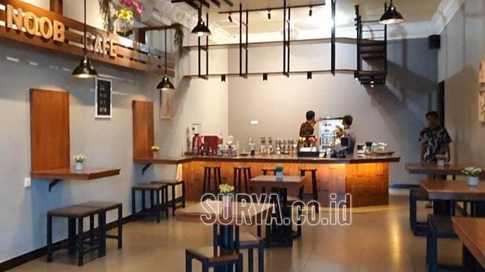 Sensasi Minum Kopi di NOOB Cafe and Space Pasuruan, Desain Industrial Tropisnya Bikin Nyaman