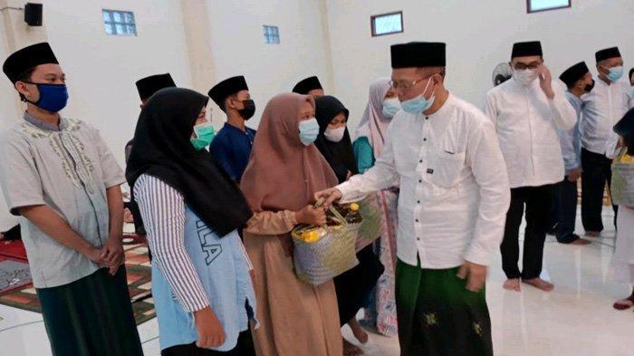 Berkah Acara Nuzulul Quran di SMPN 1 Lamongan, Puluhan Tukang Becak Mendapat Paket Sembako