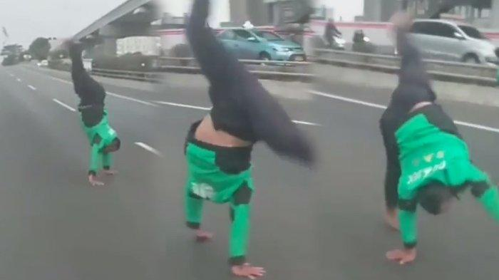Aksi Lucu Driver Ojol di Jalan Tol saat Ditutup karena Demo, Salto & Jungkir Balik di Tengah Jalan