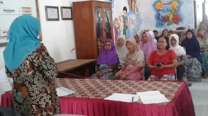 Ingin Program Permakanan Tepat Sasaran, Mahasiswa UKDC Surabaya Gelar Pemeriksaan Kesehatan Lansia