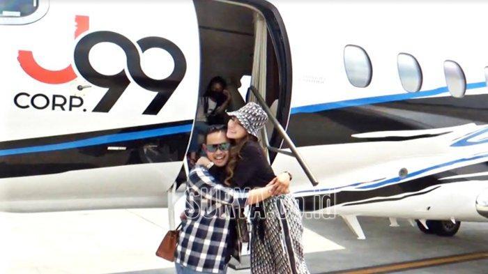 Owner Juragan99, Gilang Widya Pramana memeluk istrinya Shandy Purnamasari di acara pengenalan jet pribadi miliknya. Pesawat itu juga merupakan kado dihari ulang tahun pernikahan mereka yang ke-8, Sabtu (23/1/21) di Bandara Juanda.