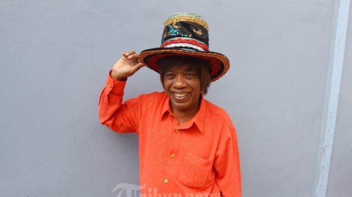 Pesulap Pak Tarno berpose saat ditemui wartawan di kawasan Tendean, Jakarta, Selasa (27/2/2018). Lama tak kelihatan, pesulap Pak Tarno mengaku memiliki dua orang istri, salah seorangnya berprofesi pramugari dan sudah memiliki satu orang anak. Pak Tarno belum lama ini mendapat musibah karena tertipu ratusan juta rupiah.