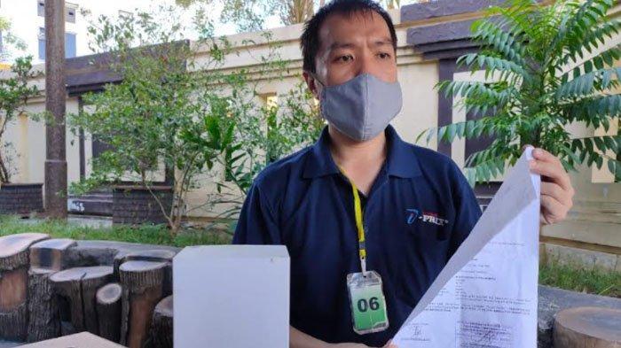 Paman Korban saat melaporkan kejadian penganiayaan JM ke Polrestabes Surabaya.
