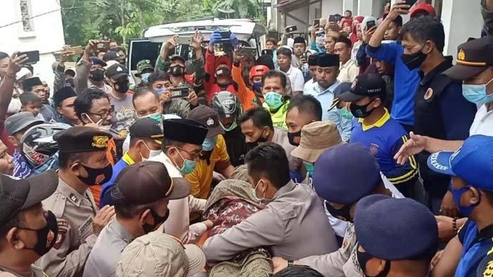 UPDATE Longsor Tebing di Pamekasan: Evakuasi 5 Santriwarti yang Meninggal Pakai Peralatan Manual