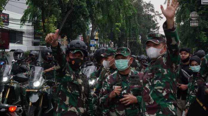 Pangdam Jaya, Mayjen TNI Dudung Abdurachman melambaikan tangan ke arah massa pendemo di Jalan Wahid Hasyim, Menteng, Jakarta pada Selasa (13/10/2020) sore.