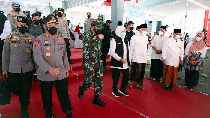Gubernur Khofifah Dampingi Panglima TNI dan Kapolri Pantau Serbuan Vaksinasi di Ponpes Tebuireng