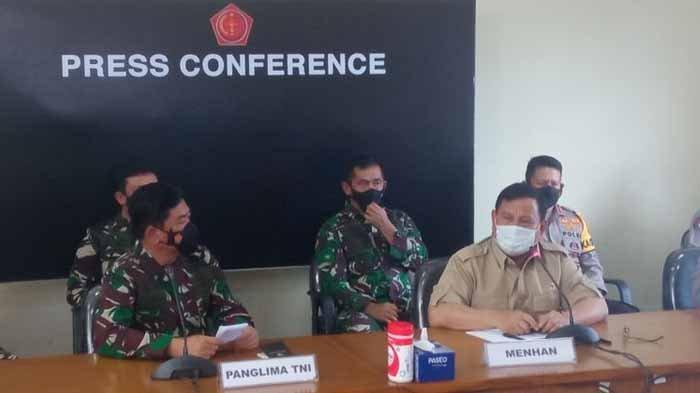Panglima TNI Hadi Tjahjanto dan Menhan Prabowo Subianto dalam konferensi pers di Base Ops Lanud I Gusti Ngurah Rai, Bali. Prabowo Subianto angkat bicara setelah kabar Kapal Selam Nanggala 402 hilang di perairan Bali.