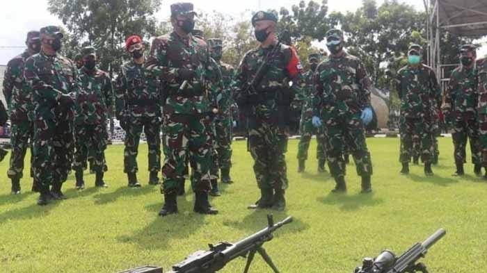 Panglima TNI Marsekal TNI Hadi Tjahjanto mengecek kesiapan Batalyon Infanteri Para Raider 501/Bajra Yudha dari Yonif Para Raider 501/Bajra Yudha Madiun sebelum dikirim ke medan penugasan di Intan Jaya, Papua, Kamis (28/1/2021).