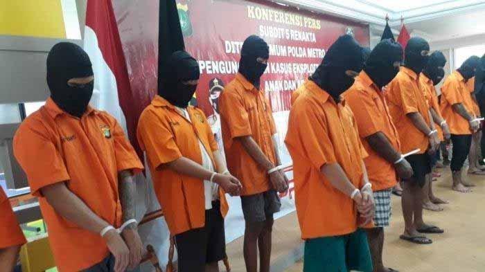 Para tersangka prostitusi onlien dengan mengeksploitasi anak di bawah umur saat dihadirkan dalam konferensi pers di Polda Metro Jaya, Jakarta Selatan, Kamis (25/2/2021).