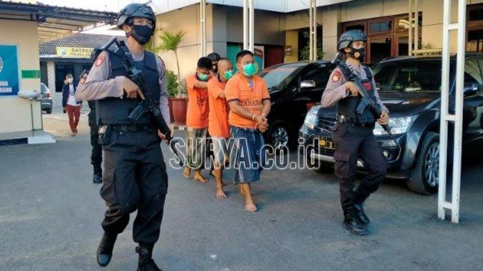 Para pelaku tindak kejahatan kriminal pencurian saat dikeluarkan dari rumah tahanan (utan) Mapolres Pamekasan, Madura, Sabtu (20/2/2021).