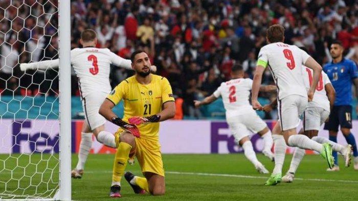 Para Pemain Inggris merayakan gol dari Luke Shaw di menit-menit awal laga Final Euro 2020 Italia vs Inggris