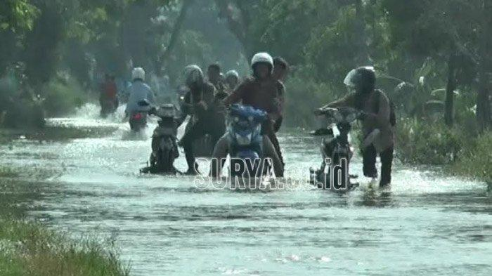 Banjir Putuskan Jalur Alternatif Lamongan-Gresik, Ganggu Pengguna Jalan yang Melintas