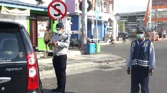 Sanksi Gembos Ban bagi Kendaraan Parkir Sembarangan di Sekitar Jembatan Sawunggaling Surabaya