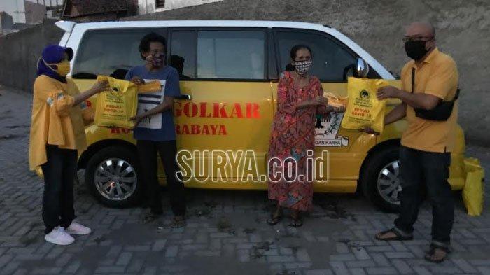 Blegur Prijanggono Bagikan Dua Ribu Paket Sembako untuk Warga Terdampak Covid-19 di Surabaya