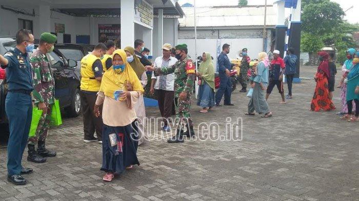 Bagi-bagi Masker untuk Penumpang yang Hendak Menyeberang dari Pelabuhan Kalbut Situbondo