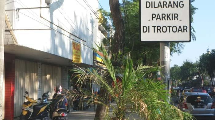 Masih Banyak Motor Parkir di Trotoar Jalan Urip Sumoharjo Surabaya