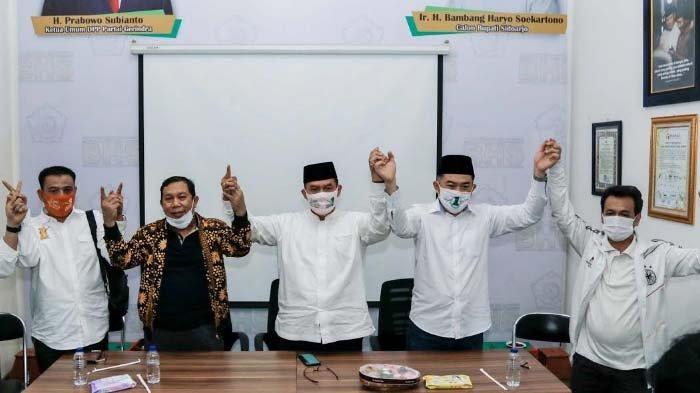 Paslon BHS – Taufiq bersama tim dan partai pengusung seusai membeber hasil perhitungan di Posko Pemenangan, Rabu malam (9/12/2020).