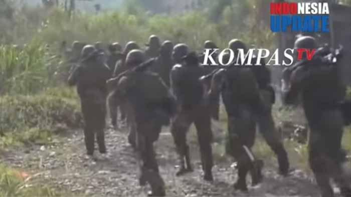 Sejumlah pasukan setan yang telah diterjunkan ke Papua sedang melakukan patroli.