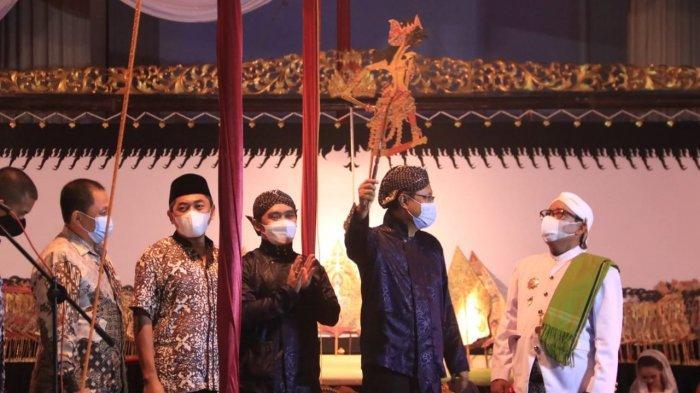Gus Gus Ipul Gelar Wayang Virtual Taat Prokes untuk Obati Rindu Penggemar Wayang di Pasuruan