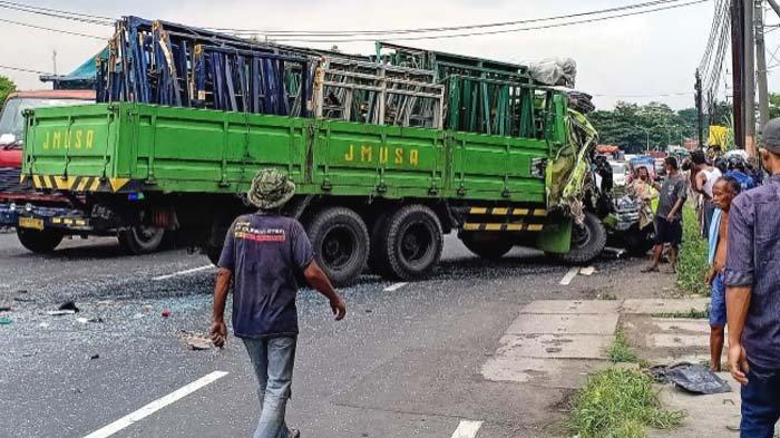 Diduga Rem Blong, Truk Hantam Dua Kendaraan di Pasuruan, Jalur Surabaya - Malang sempat Lumpuh