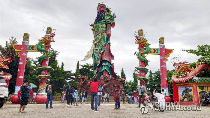 Patung Kong Co di Kelenteng Kwan Sing Bio Tuban Jadi Spot Favorit Foto Saat Libur Tahun Baru