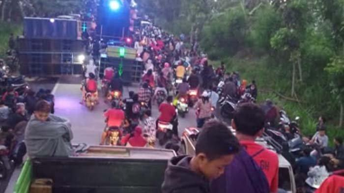VIRAL- Adu Keras Suara Sound System dari Atas Bak Truk di Lumajang, Picu Kerumunan Dibubarkan Polisi