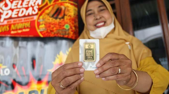 Dapat Hadiah Emas 100 Gram, Pedagang ini Bagi-bagi THR untuk Puluhan Penjual Nasgor Keliling