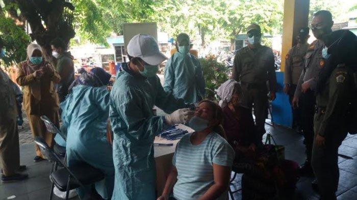 Puluhan Pedagang dan Pengunjung Pasar Baru Gresik Jalani Rapid Test Antigen