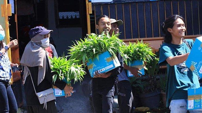 Pegiat Solidaritas Pangan Malang (Tangan Malang) membagikan hasil panen kepada warga.