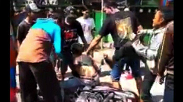 Tersangka pejambretan ponsel dihajar massa di taman Kehati Kota Mojokerto.