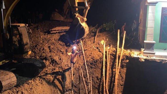 Pekerja Gali Sumur Tertimbun Longsor saat Pasang Septictank di Kabupaten Bojonegoro