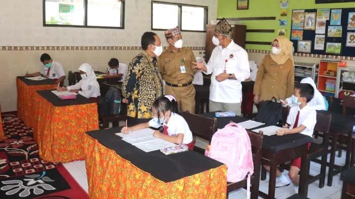 Pejabat Kemenko PMK Monev PTM di Banyuwangi, Pastikan Pelaksanaan sesuai Prokes Covid-19