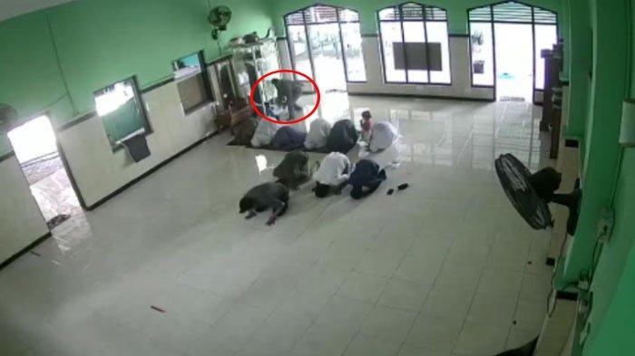 Pelaku pencurian tas milik jamaah di Masjid Al Mujib Desa Gayam Kecamatan Gurah Kabupaten Kediri terekam CCTV